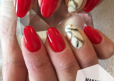 extension-ongles-rouge-effet-marbre-strass-porcelaine-auray-400x284